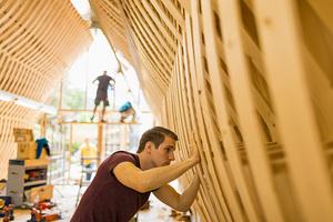 Die Studentinnen und Studenten bauten für die Werkstatt ein Tragwerk aus gebogenen Brettern
