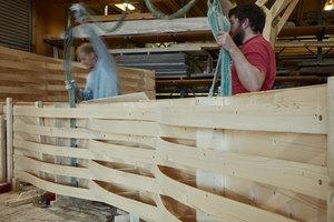 Die Dachelemente der Modellbauwerkstatt bestehen aus gebogenen Brettern, die wellenförmig auf einer Holzschalung montiert sind