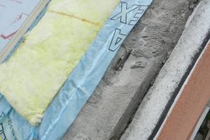Anschluss der Luft- und Dampfsperre auf der verputzten Mauerkrone der Giebelwand