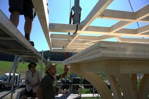 Links: Aufsetzen der Holzrahmenkonstruktion auf den Unterboden