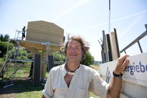 """Nico Pfisterer, Erfinder des Schwarzwälder Baumhauses, am Tag des Aufrichtens<span class=""""bildnachweis"""">Foto: Rüdiger Sinn</span>"""
