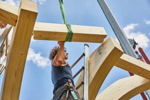 """Rechts: Zwischen den Brettschichtholzbindern, den """"Ästen"""" werden Streben eingefügt und mit Schwerlastverbindern befestigt"""