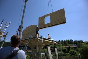 Links: Die Hauselemente schweben ein und werden an Ort und Stelle direkt befestigt