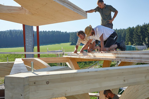 Der Unterboden des Baumhauses ist aus Brettsperrholz gefertigt und wurde zweiteilig angeliefert. Um eine Scheibenwirkung zu erreichen verleimten und verschraubten die Handwerker die Stöße
