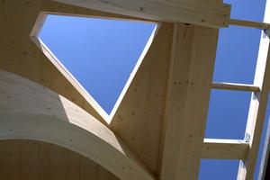 Die 5,8 x 5,8 Meter große Plattform ragt über die Grundfläche des Hauses hinaus