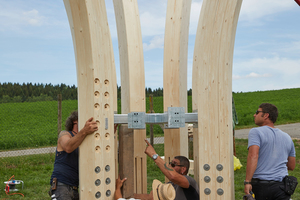 """Rechts: … und befestigt. Der Stahlkranz stabilisiert die Konstruktion. Der Stamm strebt nach oben und breitet sich aus ins """"Geäst"""""""