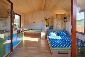 """Kompakt, aber alles da: Schlafplatz, Waschgelegenheit, Wasser und Strom<span class=""""bildnachweis"""">Fotos (3): Roland Krieg</span>"""