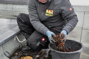 Regelmäßige Wartungsarbeiten an Dachgullys sind vorgeschrieben, sie sollen vor Wasserstau auf dem Dach schützen<br />Fotos: Sita