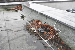 Sind Dachgullys unter Laub verborgen, behindert das den Wasserabfluss. Wartungen der Gullys sind daher wichtig<br />