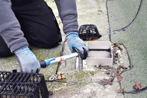 Rechts: Bei der Wartung sollten Schraubverbindungen geprüft und fehlende Teile nachgerüstet werden