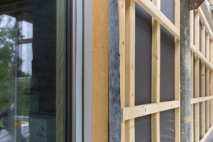 Die Fassade ist mit Holzfaserplatten gedämmt, darüber wurde eine Lattung für die vorgehängte, hinterlüftete Holzfassade montiert