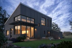 """Die Häuser der Siedlung in Meerleben sind moderne Holzbauten<span class=""""bildnachweis""""></span>"""
