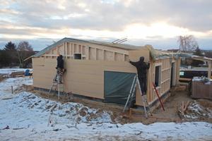 """Auf den Vollholz-Rahmen befestigten die Zimmerer eine Lage von Holzfaserplatten. Anschließend wurden die Hohlräume mit eingeblasenen Holzfasern ökologisch gedämmt<span class=""""bildnachweis"""">Foto: Daniel Poguntke</span>"""
