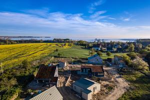"""Die Struktur der kleinen Siedlung ist aufgelockert und fügt sich gut in die bestehende Siedlungsstruktur unweit der Ostsee ein<span class=""""bildnachweis"""">Fotos (3): Matthias Arndt</span>"""