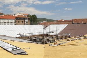 Das Dach wurde mit Titanzink eingedeckt. Zwischen Holzschalung und Titanzink sind eine Trennlage und eine NoppenbahnFoto: deAbajoGarcia
