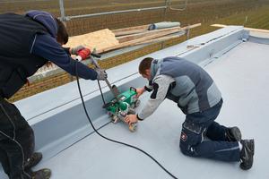 """Zur Abdichtung der Dachflächen verlegten die Dachdecker oberhalb der Dämmung die EPDM-Dachbahnen """"Evalastic"""" und verschweißten sie per Heißluft"""