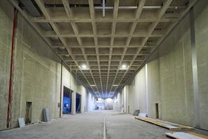Blick unter das Dach: Die Kassettendecke aus Beton ist statisch hoch belastbar und sorgt für gleichbleibende Temperaturen für die Lagerung der Weine