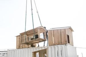 Die Dachaufbauten wurden vor Ort auf das Dach gehoben und montiert