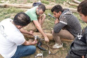Kinder und Jugendliche aus Xhanke durften beim Bau von Spielgeräten für den Außenbereich vor Ort mit anpacken
