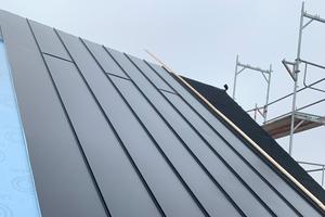 Die Steildächer wurden mit Lindab-Stahlprofilen eingedeckt, die in der geforderten Länge auf die Baustelle geliefert wurdenFoto: Holger Schröder Dach- und Fassadenbau GmbH
