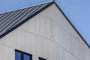<p>Die Farbe der mattschwarzen Stahlprofile, die für die Passanten von unten sichtbar sind, passen farblich zu den Fensterrahmen</p>