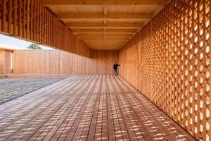 In Mannheim haben Architekturstudenten und Flüchtlinge ein Gemeinschaftshaus aus Holz gebaut. Die Wände und Träger bestehen aus mehreren Lagen vertikal und diagonal angeordneter Latten<br /><br />