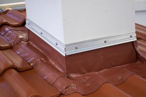 Auf der Messe zeigt Creaton ein neues Anschlussband für das Steildach
