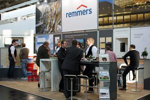 Am Remmers-Messestand auf der DACH+HOLZ finden Besucher eine breite Palette an Produkten von Wetterschutzfarben bis hin zu Vergrauungslasuren                                 Foto: Remmers