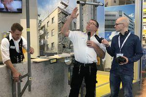 Karl-Josef Simon, Geschäftsführer von Sifatec (Mitte), am Messestand auf der DACH+HOLZ 2018 mit dach+holzbau-Redakteur Stephan Thomas