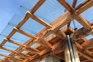 Das Dachtragwerk des Infopavillons besteht aus aufbereitetem Altholz und neuem Holz<br />