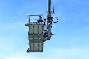 """Der drehbare Arbeitskorb """"PK 350-D"""" bietet Platz für drei Personen und hält eine Last von 350 kg aus"""
