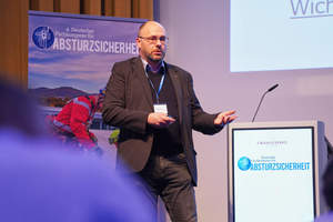 Kollektive Absturzsicherung und ein System zur Flachdachsicherung mit Spanngurten stellte Thomas Eilers von der Firma Goldbeck vor<br />