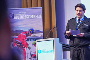 Tobias Slabon, Höhenretter der Feuerwehr Hannover, spricht auf dem Fachkongress Absturzsicherheit 2019 über die Arbeit als Höhenretter<br />