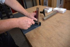 Anreißen der Falzlinien, an denen gekantet werden soll (Höhe hintere Aufkantung 30 mm)