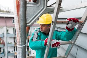Zu den größten Gefahren auf der Baustelle gehört das Arbeiten in der Höhe und die damit verbundene Absturzgefahr