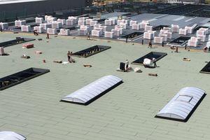 Auf dem Trapezblechdach der Blechwarenfabrik Limburg wurden Mineralwolldämmplatten und Polymerbitumenbahnen verlegt