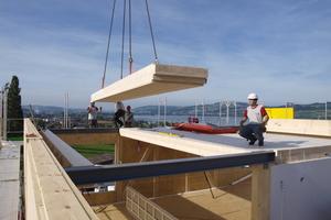 Das Tragwerk wurde mit Brettschichtholz realisiert. Für Böden und Decken kamen Lignatur-Elemente zum Einsatz