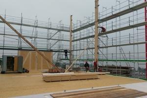 Montage der Brettschichtholzstützen, im Anschluss wurden die Fassadenelemente befestigt