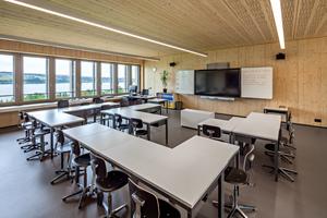 Die Schulräume lassen sich durch das Raumkonzept flexibel gestalten, die hellen Innenwände sind mit Fichte- und Weißtanne-Dreischichtplatten gestaltet