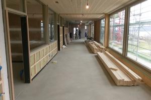 Rechts: Die Trennung der Schulräume erfolgte mit gedämmten Holzrahmenbauteilen
