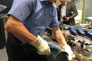"""Die Akku-Schlitzschere """"TruTool C 200"""" in der Anwendung am Trumpf-Messestand auf der DACH+HOLZ 2018"""