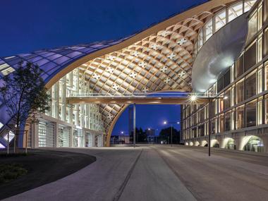 Das neue Swatch-Hauptgebäude in Biel wird von einem spektakulären Holztragwerk überspannt, das an seinem höchsten Punkt 27 m hoch ist