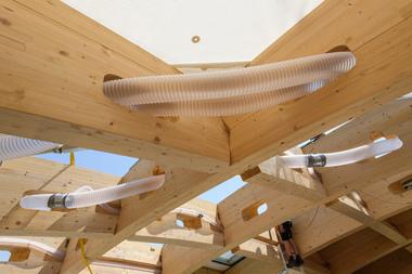 Um die Leitungen für die Haustechnik im Tragwerk zu verlegen, wurden Längsfalze in den Trägern erstellt
