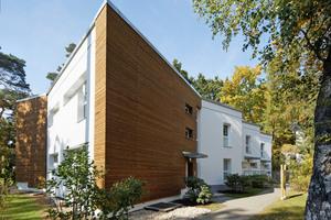 """Mit der neuen Fassade, die teilweise mit Holzleisten verkleidet ist, passt das Gebäude gut in die grüne Umgebung<span class=""""bildnachweis"""">Fotos (4): Manfred Vogel/vor-ort-foto.de</span>"""