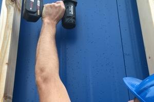 Bei der Arbeit mit Schlagschraubern sind keine zusätzlichen Handgriffe am Schrauber erforderlich. Das ist bei Überkopf-Arbeiten eine Erleichterung