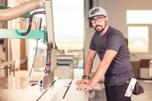 Florian Wilhelmy alias Carpenter Flo ist Zimmerer und gibt auf Instagram Einblicke in seinen Berufsalltag. Wie er Arbeit und soziale Medien vereint, darüber spricht er im Forum der Halle 6 auf der DACH+HOLZ
