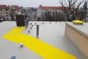 """Die Dachfläche dichteten die Dachdecker mit """"Triflex Protect""""-Flüssigkunststoff ab. Wartungswege wurden mit einer rutschhemmenden Beschichtung markiert"""