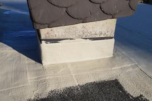 Die Flüssigkunststoffabdichtung härtet bereits nach kurzer Zeit aus und bietet Schutz vor Feuchteeintrag, hier am Übergang vom Dach zum Schornstein