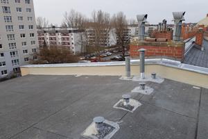 Das mit Bitumenbahnen abgedichtete Dach des Berliner Wohn- und Geschäftshauses während der Sanierung