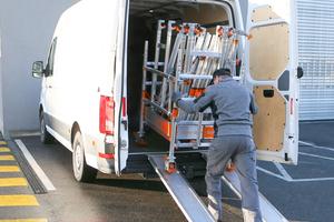 Im Transportwagen lassen sich alle Gerüstteile verstauen, der Wagen lässt sich in einen Kleintransporter verladen und auf Baustellen transportieren